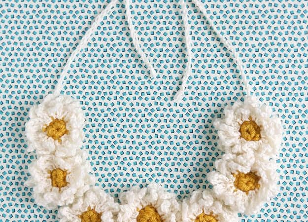 crochet daisy chain necklace completed